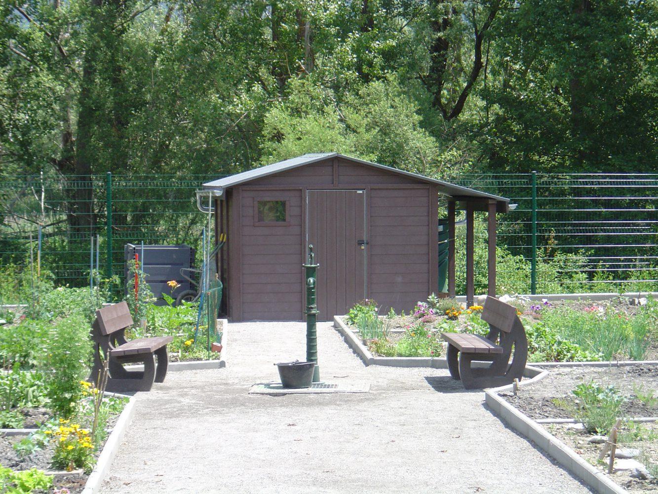 Abris de jardin  avec deux bancs Forestiers en plastique recyclé